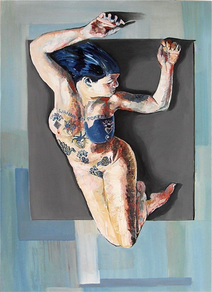 """Peinture huile. Portrait d'une femme allongée au buste tatoué de jeu de cartes et de dés et d'un message : """"wanna play poker ?"""" 2017"""