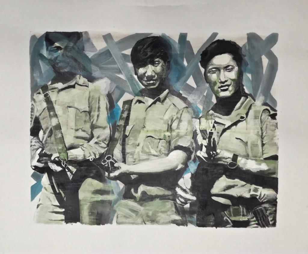 Portrait de trois guerilleros asiatiques armés et souriants. Portrait of three smiling armed Asian guerilleros.